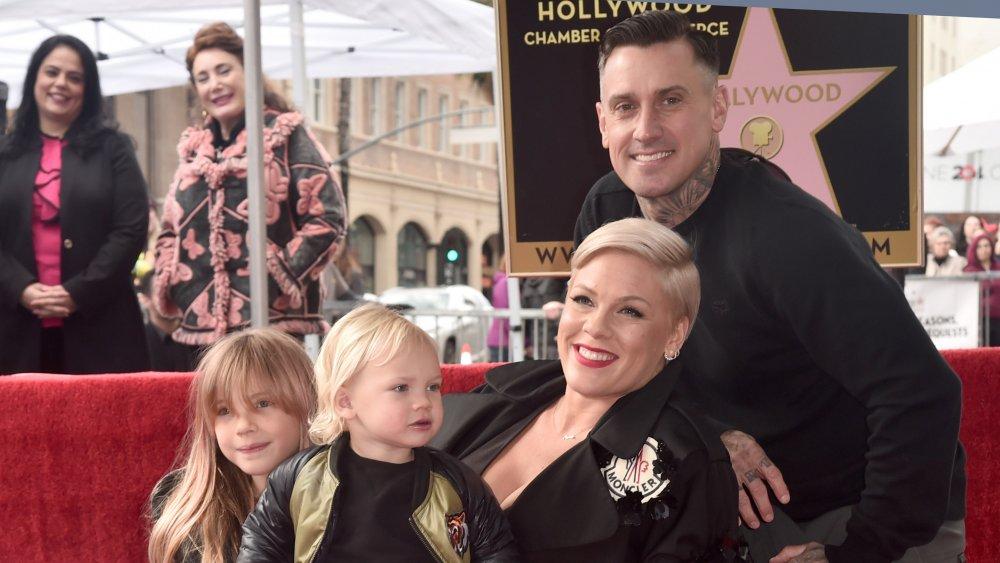 Carey Hart y Pink con sus hijos