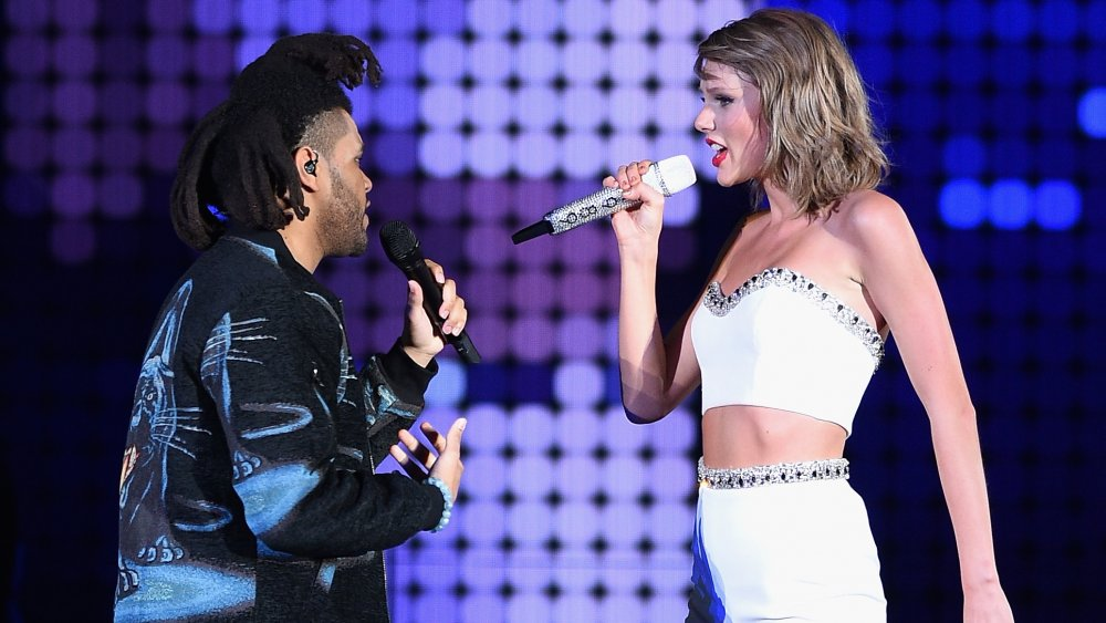 The Weeknd y Taylor Swift actuando durante su World Tour Live 1998 en East Rutherford, NJ.