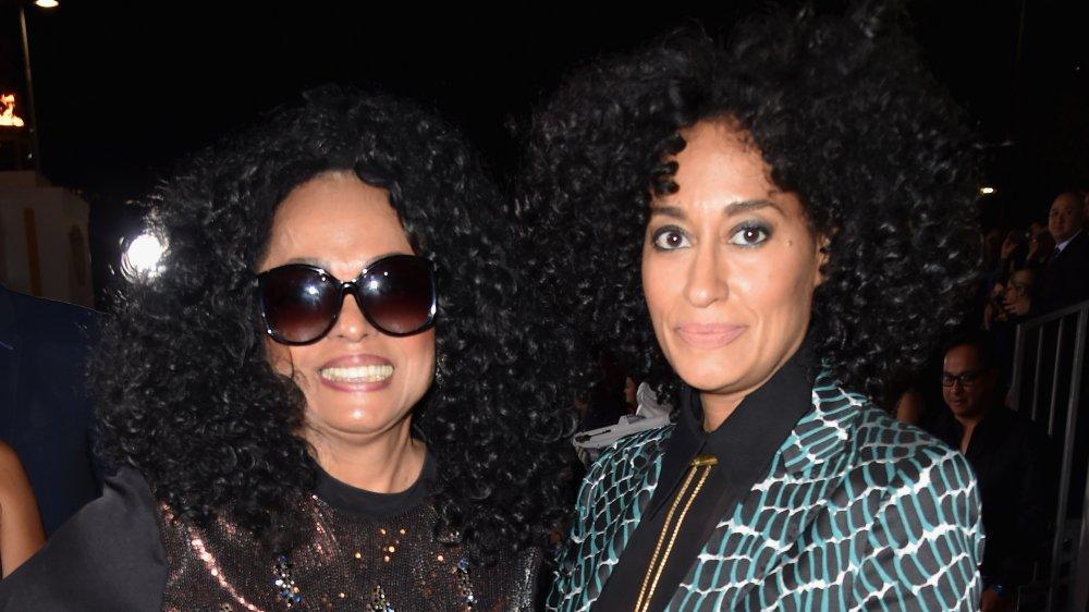 Diana Ross sonriendo con un atuendo negro y gafas de sol, Tracee Ellis Ross con una expresión seria en un blazer verde y negro