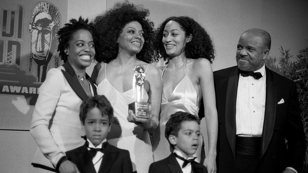 Foto en blanco y negro de Diana Ross con los niños Rhonda, Tracee, Ross y Evan, además de la productora discográfica Berry Gordy, en 1995