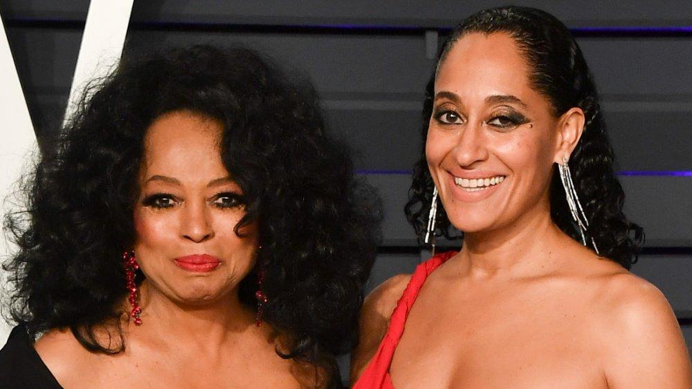 Diana Ross con un vestido negro y Tracee Ellis Ross con un vestido rojo, posando en la Vanity Fair Oscars Party 2019