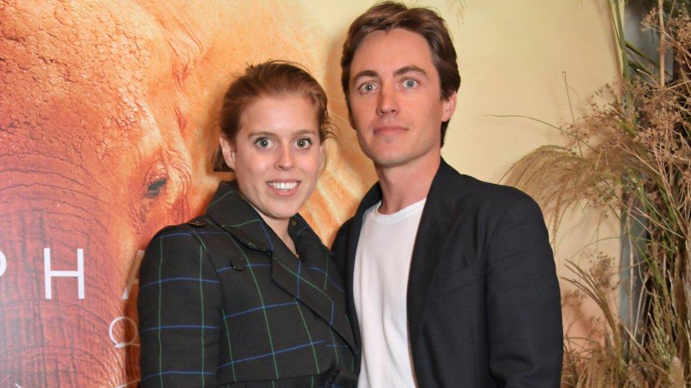La princesa Beatriz sonriendo y posando con su esposo Edoardo Mapelli Mozzi