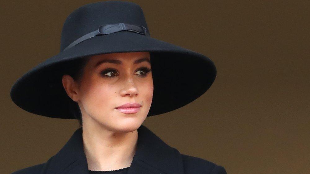 Meghan Markle con un gran sombrero negro