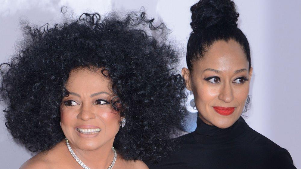 Diana Ross y Tracee Ellis Ross, ambos vestidos de negro y posando junto con sonrisas