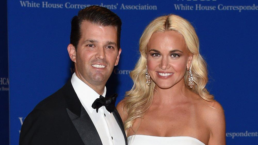 Donald Trump Jr. (L) y Vanessa Trump asisten a la 102a Cena de la Asociación de Corresponsales de la Casa Blanca