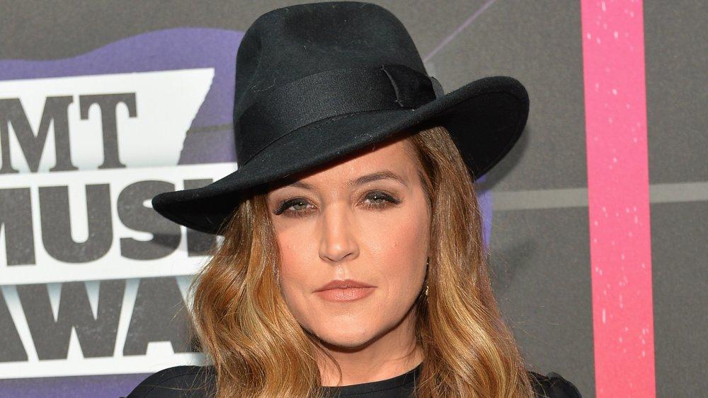 Lisa Marie Presley vistiendo un sombrero de fieltro