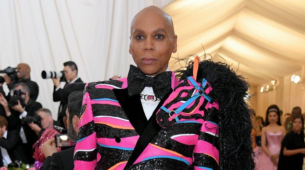 RuPaul en un blazer negro y rosa con lentejuelas