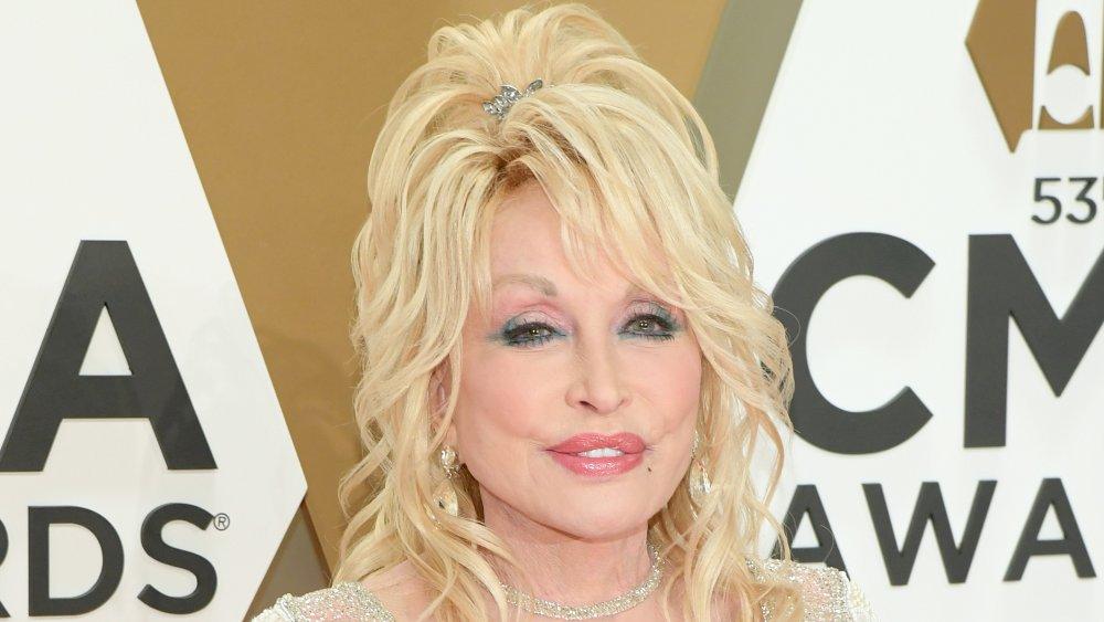 Dolly Parton asiste a la 53a edición de los Premios CMA en el Music City Center