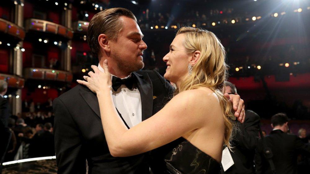 Leodardo DiCaprio y Kate Winslet abrazando