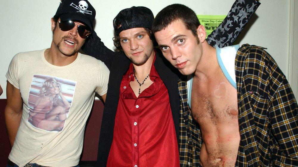 Johnny Knoxville, Bam Margera y Steve-O entre bastidores en los MTV Video Music Awards 2002