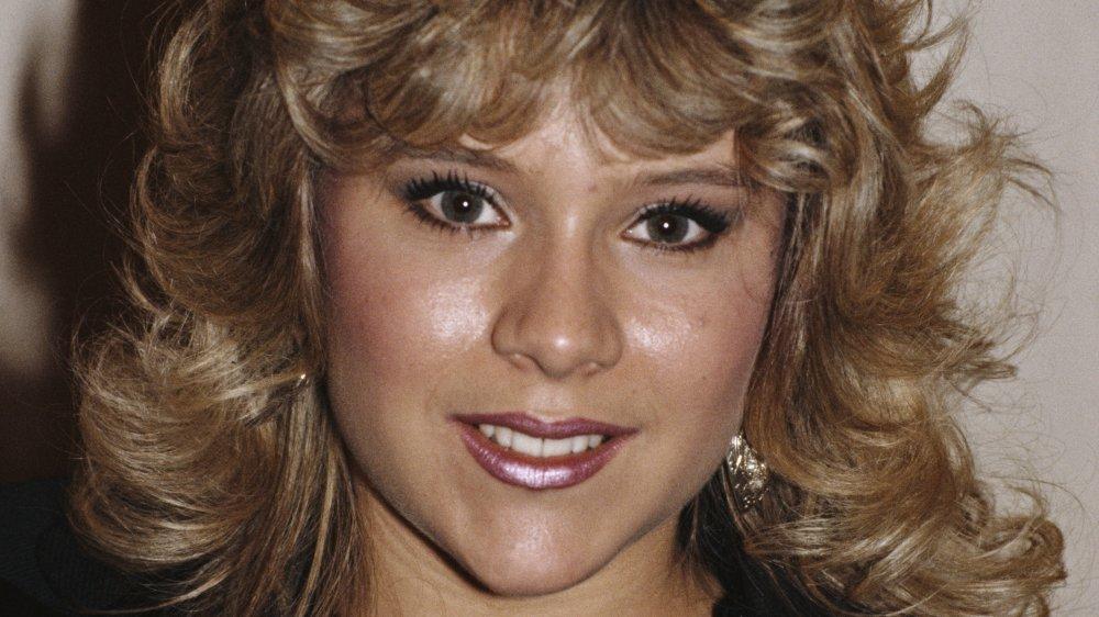 Samantha Fox con una chaqueta de cuero negro, sonriendo en un espectáculo de premios en 1986