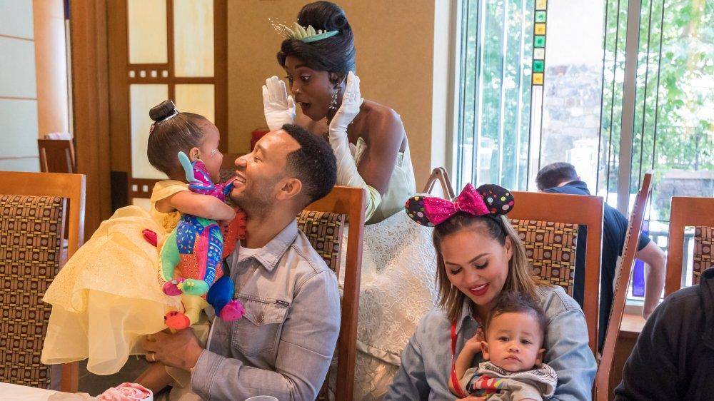 John Legend y Chrissy Teigen con su familia
