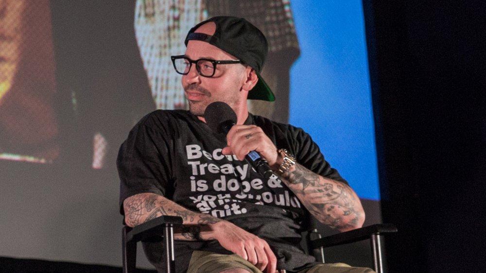Chauncey Leopardi sentado con el micrófono en un panel