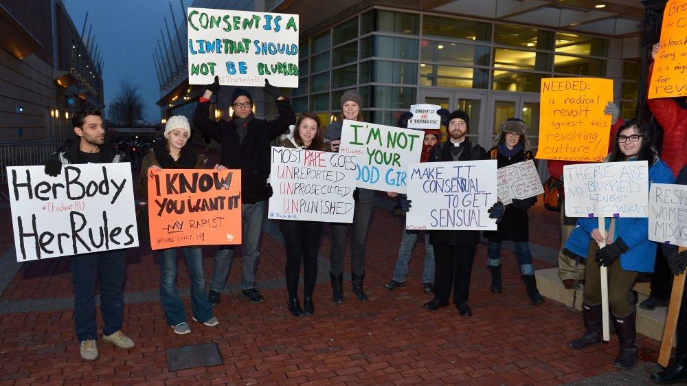 Estudiantes de la Universidad de Boston protestan por la aparición de Robin Thicke