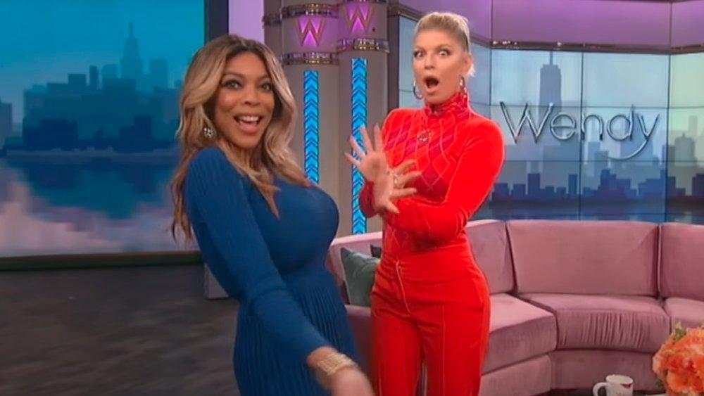 Wendy Williams y Fergie sincronizando los labios con el glamuroso de Fergie