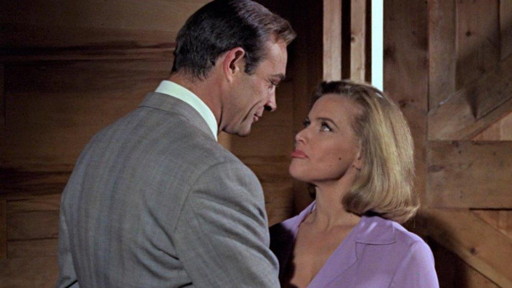 Sean Connery y honor Blackman en James Bond