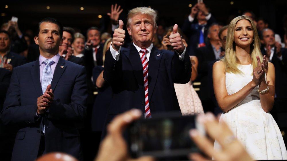 Donald Trump Jr., Donald Trump e Ivanka Trump aplaudiendo en una multitud