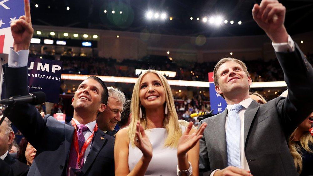 Donald Trump Jr., Ivanka Trump y Eric Trump en el mitin de Trump