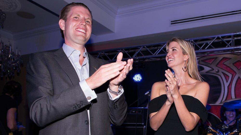 Eric Trump e Ivanka Trump aplaudiendo en un concierto