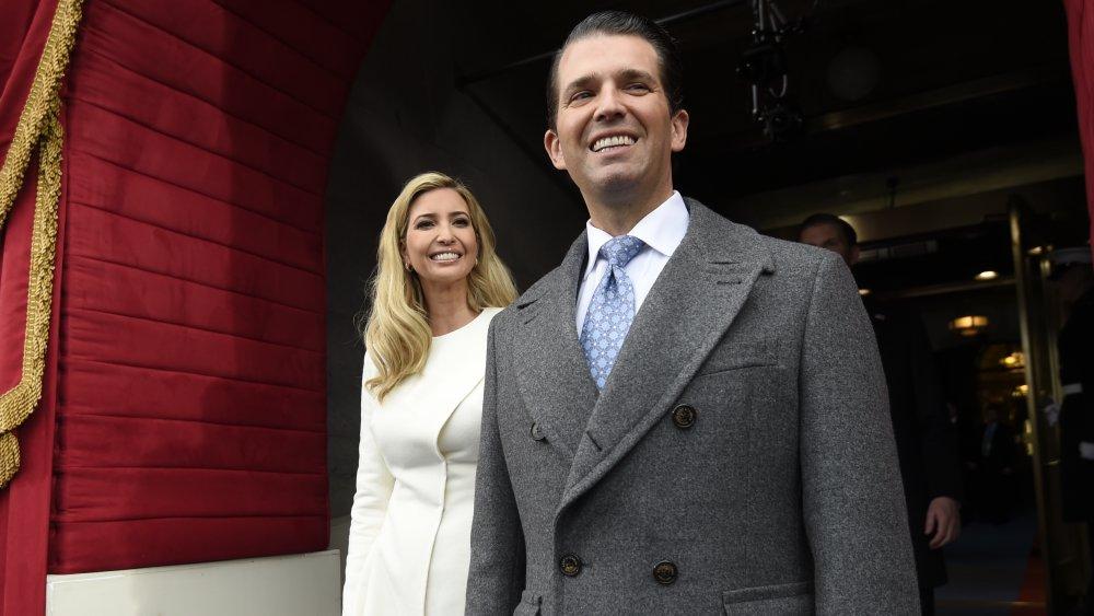 Ivanka Trump y Donald Trump Jr. caminando y sonriendo
