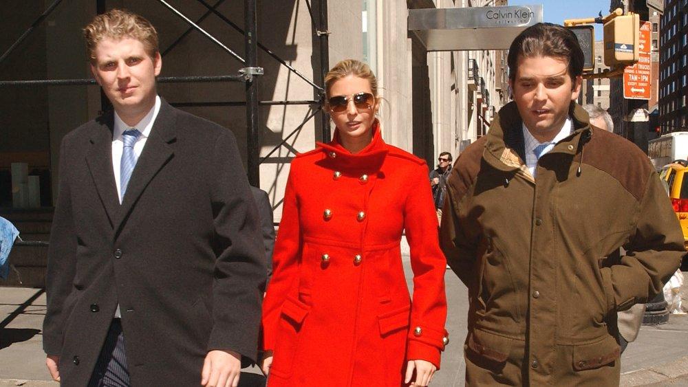 Eric Trump, Ivanka Trump y Donald Trump Jr. caminando fuera