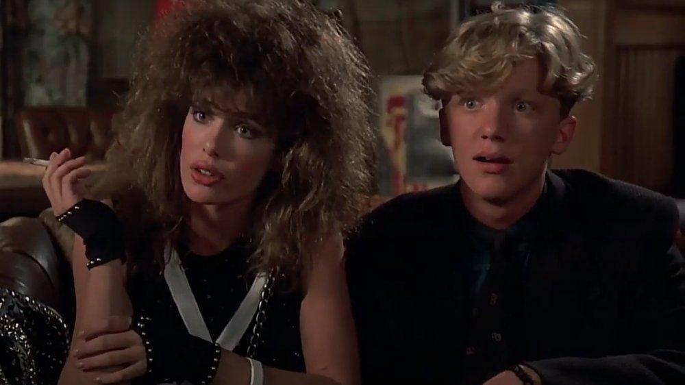 Kelly LeBrock y Michael Anthony Hall en una escena de Weird Science