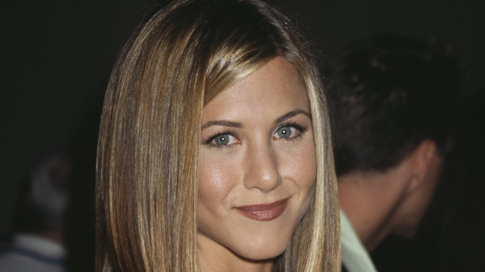 "Jennifer Aniston sonriendo mientras luce ""The Rachel haircut"" en 1997"