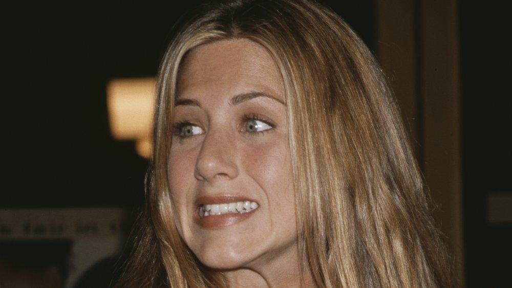 Jennifer Aniston gruñendo y encogiéndose de hombros