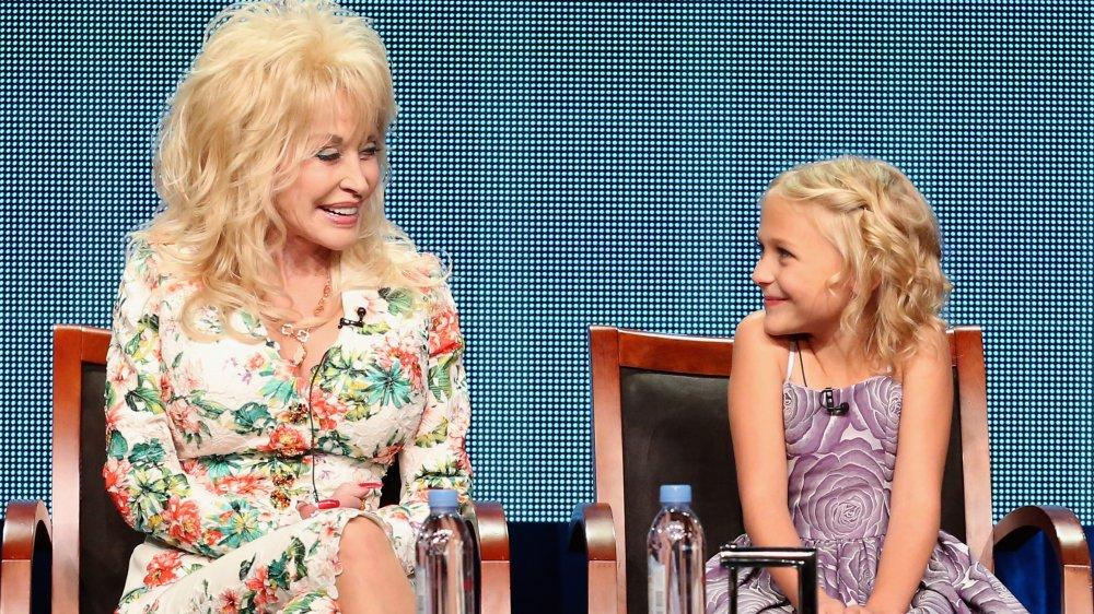 Dolly Parton y Alyvia Alyn Lind sentados juntos