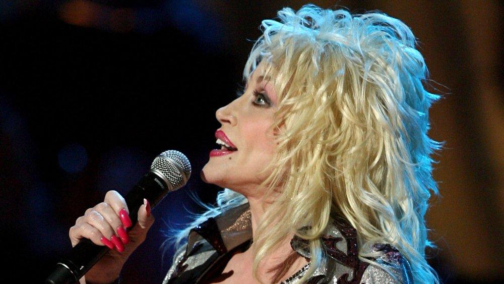 Dolly Parton cantando en el micrófono, visualización del perfil