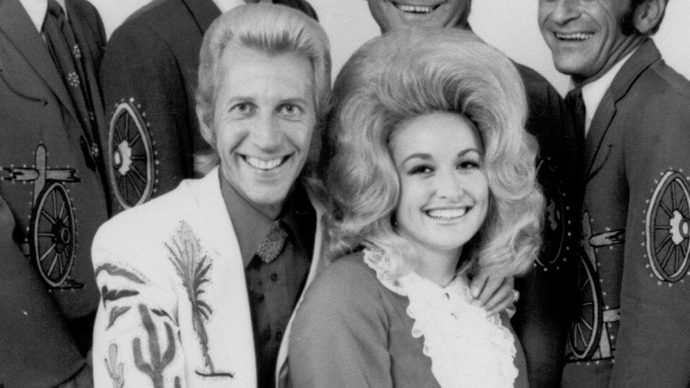 Porter Wagoner y Dolly Parton, ambos jóvenes, sentados juntos