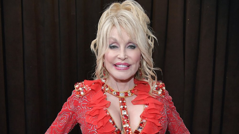 Dolly Parton con un vestido rojo