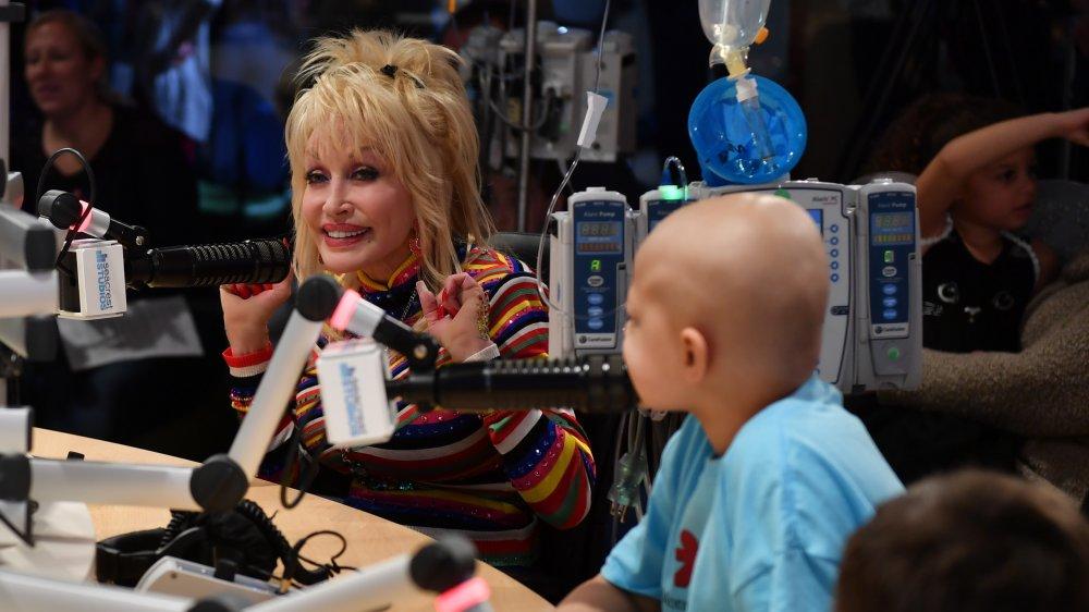 Dolly Parton hablando en un programa de radio
