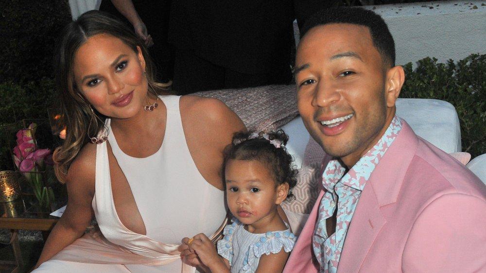 Chrissy Teigen y John Legend con su hija