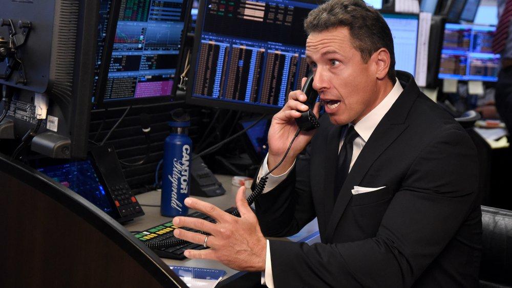 Chris Cuomo al teléfono en la oficina