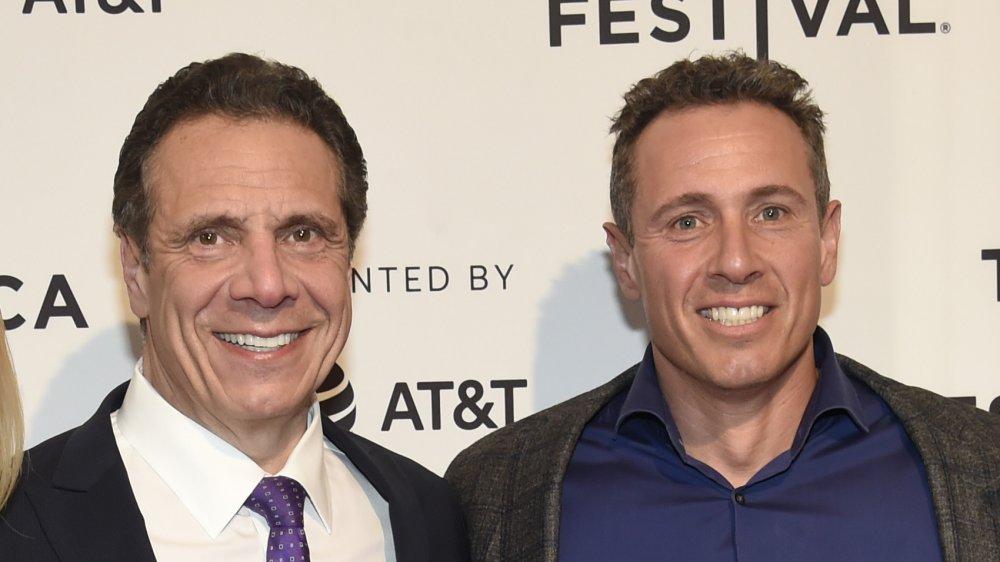 Chris y Andrew Cuomo sonríen