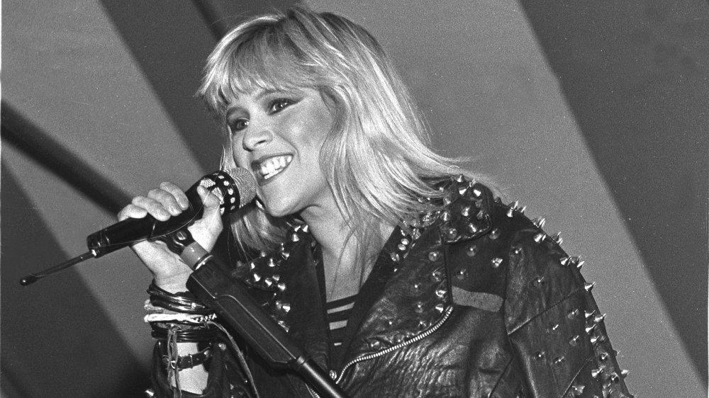 Foto en blanco y negro de Samantha Fox cantando en 1989