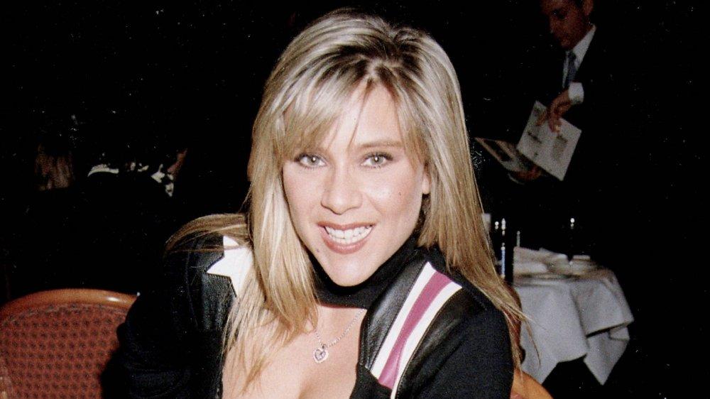 Samantha Fox sonriendo en una cena en los 90