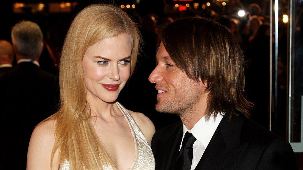 Nicole Kidman dando a Keith Urban una pequeña sonrisa