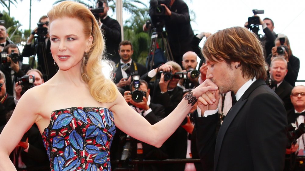 Keith Urban besando la mano de Nicole Kidman en un evento de alfombra roja