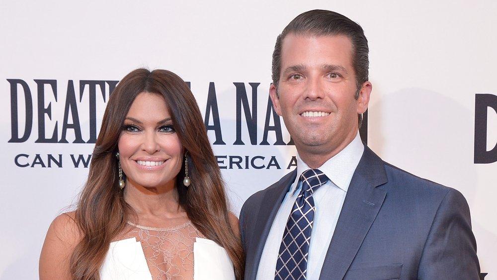 Kimberly Guilfoyle y Donald Trump Jr. posando y sonriendo