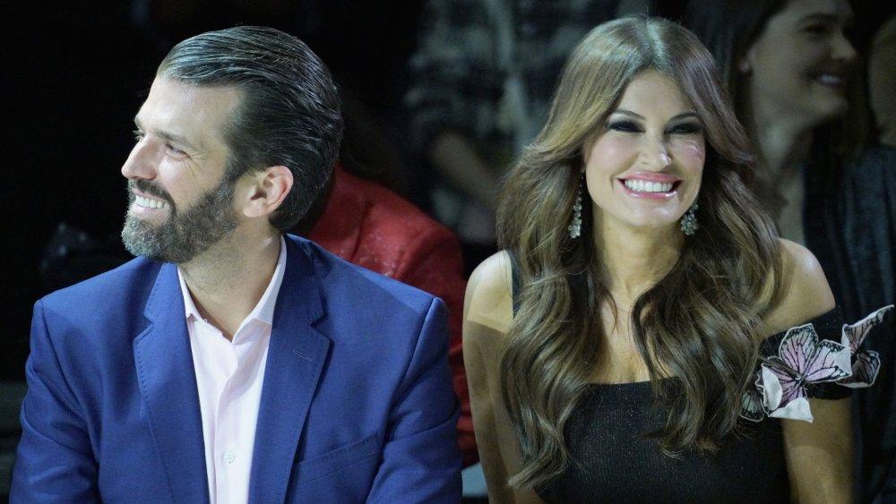 Donald Trump Jr. y Kimberly Guilfoyle se sentaron y sonriendo