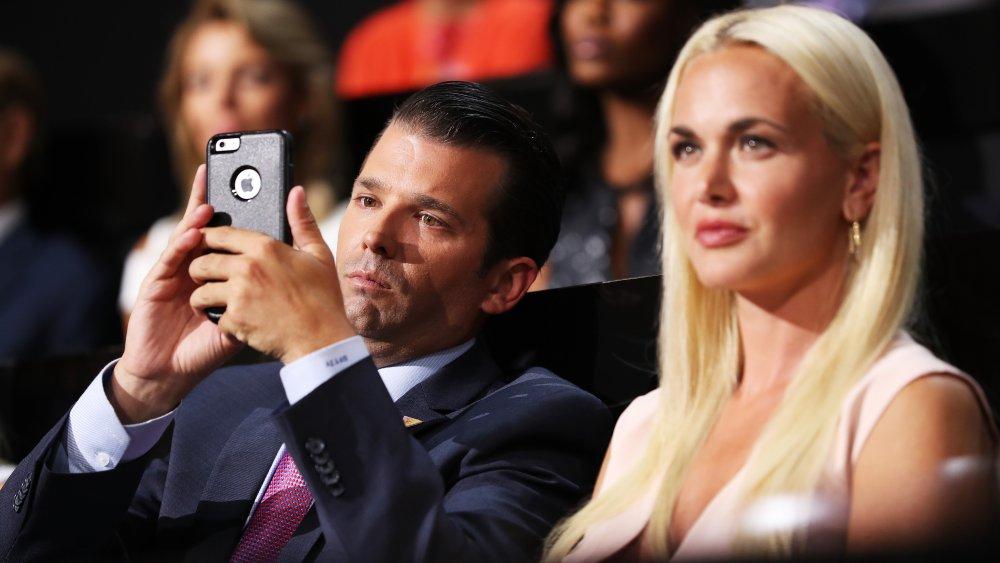 Donald Trump Jr. tomando una foto en su teléfono junto a Vanessa Trump
