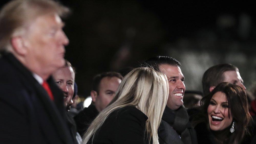 Tiffany Trump, Donald Trump Jr., y Kimberly Guilfoyle todos riendo, el presidente Donald Trump en primer plano
