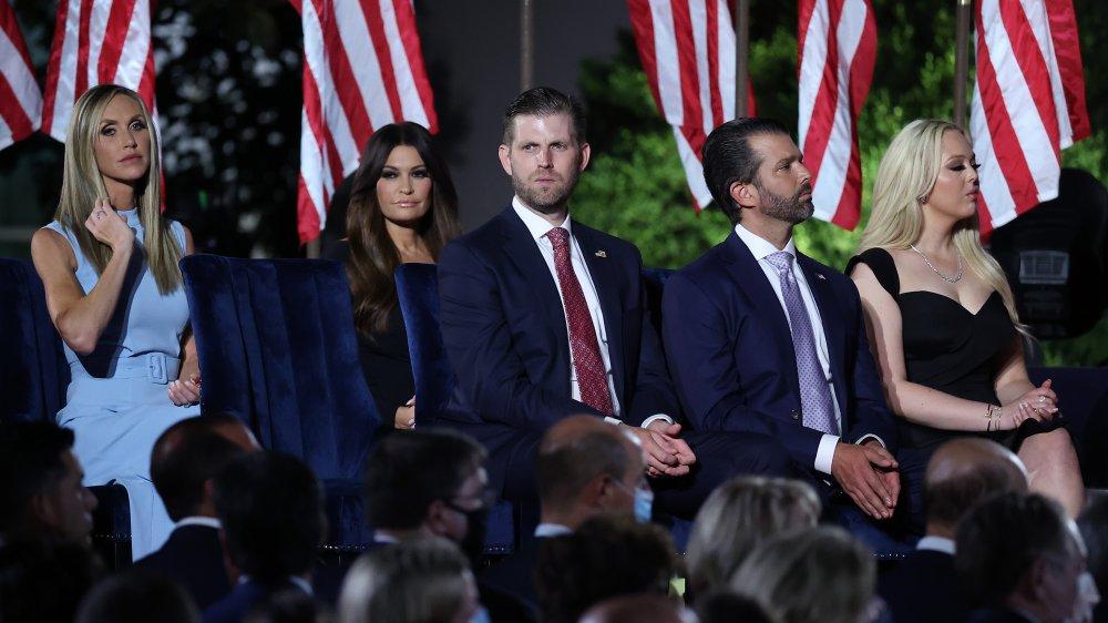 Lara Trump, Kimberly Guilfoyle, Eric Trump, Donald Trump Jr., Tiffany Trump todo en el escenario