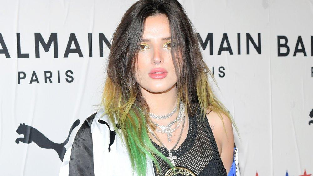 Bella Thorne con el pelo teñido de verde y rubio