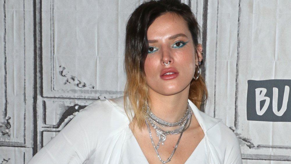 Bella Thorne con sombra de ojos azul y collares de plata