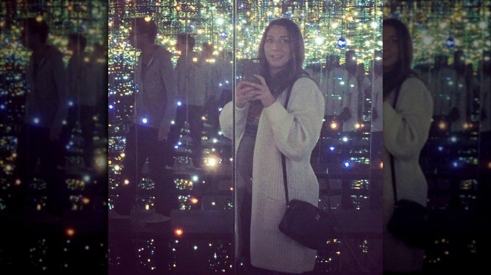 Foto del anuncio del embarazo de Chelsea Peretti