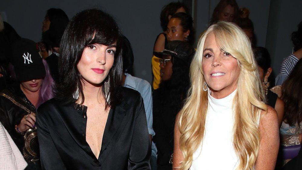 Aliana Lohan & Dina Lohan sentada en un espectáculo
