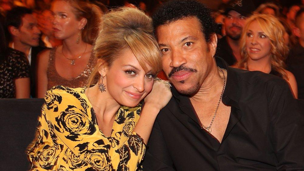 Nicole Richie abrazando a Lionel Richie mientras estaba sentado